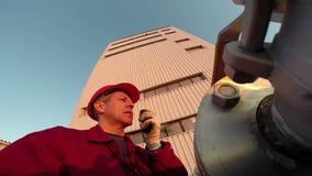 Industriarbetare med kommunikationsradion arkivfilmer