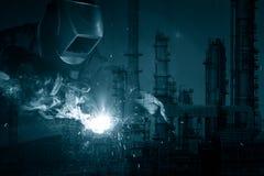 Industriarbetare på fabrikssvetsningen royaltyfria foton