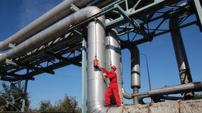 Industriarbetare som använder handtoolen i en fabrik. Royaltyfri Foto