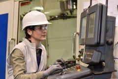 Industriarbetareinställning - upp maskinen i metallurgisk bransch Arkivfoto