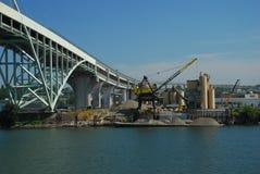 Industrias y puente de la orilla del río Fotografía de archivo