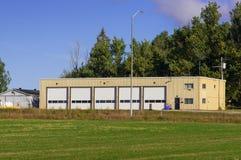 Industribyggnad med fem portar Arkivbild