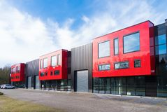Industribyggnad med röda kontorsenheter royaltyfri foto