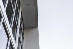 Industribyggnad mot vit himmel arkivfoto