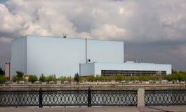 Industribyggnad på flodbanken Royaltyfri Foto