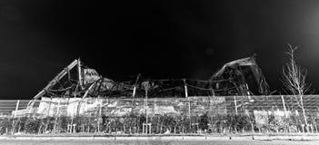 Industribyggnad som bränns till jordningen fotografering för bildbyråer