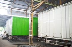 Industribyggnadbehållare Ställe för byggandebehållarecomplet arkivfoto