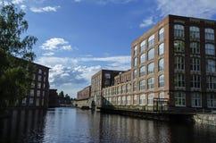 Industribyggnader bredvid floden på Tammerfors, Finland Arkivfoton