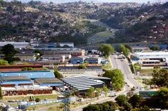 Industribyggnader med bostads- hus i bakgrunden Royaltyfri Fotografi
