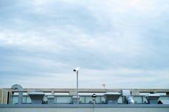 Industribyggnadtak med ventilation och metallrör arkivfoton