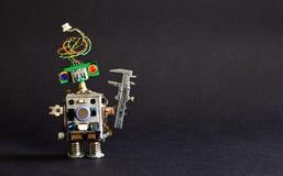 Industrie 4 0 Automationstechnikkonzept Kreativer Designroboter-Ingenieurtasterzirkel auf schwarzem Hintergrund Kopieren Sie Raum Stockfotos