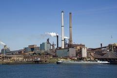 Industrie avec les cheminées de fumage Images libres de droits