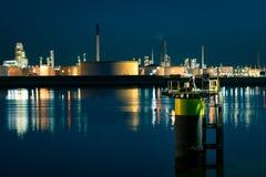 Industrie bij een rivieroever in Europoort, dichtbij Rotterdam, Nederland stock afbeelding