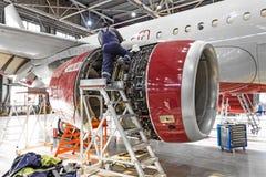 Industrie d'aviation, jet de moteur d'avions de réparations de mécanicien image stock