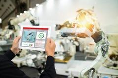 Industrie 4 d'Iot 0 concepts, ingénieur industriel employant le logiciel augmenté, réalité virtuelle dans le comprimé à surveille photographie stock libre de droits