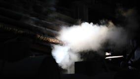 Industrie Dans l'obscurité, les tuyaux de laquelle la fumée blanche monte Nuages très beaux des émissions banque de vidéos
