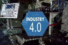 Industrie 4 Das Wort der roten Farbe gelegen über Text der weißen Farbe Fabriklösung, Herstellungstechnolog Stockfoto