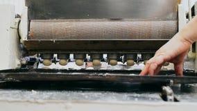 Industrie de biscuit de produits de confiserie à l'usine de cuisson L'équipement fait des biscuits Vieil équipement pour la produ banque de vidéos