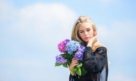 Industrie de mode et de beauté Célébrez le ressort Concept de jardinage et de botanique Le mannequin de fille portent des fleurs  image stock