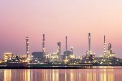 Industrie de raffinerie de pétrole au matin images stock