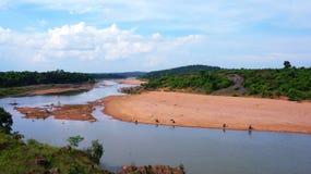 Industrie della pesca che pescano nel fiume sotto il cielo blu nel giorno soleggiato fotografie stock