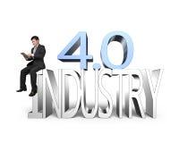 Industrie 4 0 die concept, mens tablet met 3D industrie 4 gebruiken Royalty-vrije Stock Afbeelding