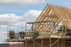 Industrie du bâtiment Le cadre de bois de construction du toit de maison bottelle des WI images libres de droits