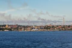 Industrie et pollution en le Curaçao images stock