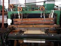 Industrie: historische katoenen molenweefgetouw en doek stock afbeeldingen