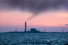 Industrie lourde avec les cheminées de tabagisme Image libre de droits