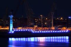 Industrie lumineuse bleue la nuit Photo stock