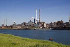 Industrie mit rauchenden Kaminen Stockfoto