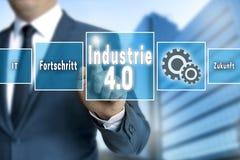 Industrie 4 0 nello schermo attivabile al tatto tedesco dell'industria è azionato dal busi Immagini Stock Libere da Diritti