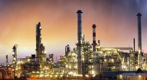 Industrie, Olie petrochemische installatie bij zonsondergang Royalty-vrije Stock Foto