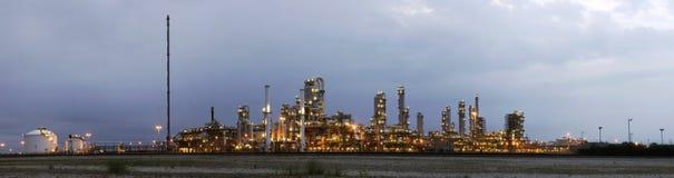 Industrie pétrochimique à l'aube Photo stock