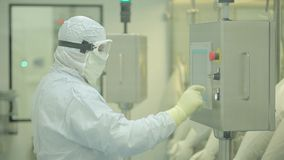 Industrie pharmaceutique Ouvrier de sexe masculin inspectant la qualité des pilules empaquetant dans l'usine pharmaceutique autom banque de vidéos
