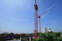 Industrie: roter Kran an der Baustelle Lizenzfreie Stockbilder