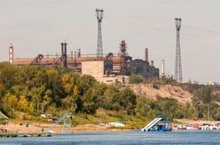 Industrie siderurgiche sulla linea costiera del fiume immagine stock