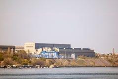 Industrie siderurgiche sulla linea costiera del fiume immagini stock