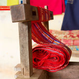 Industrie textile en soie faite main, écharpe en soie sur une vieille machine Image libre de droits