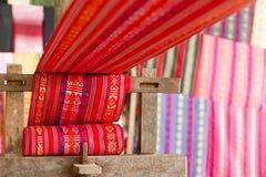 Industrie textile en soie faite main, écharpe en soie sur une vieille machine Images stock