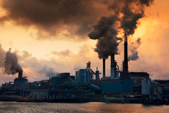 Industrie und Sonnenuntergang stockbild