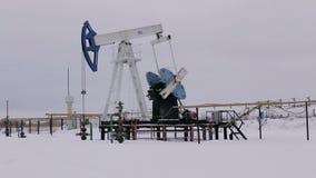 Industrie van de olie en van het Gas Het werk van de hefboom van de oliepomp op a stock footage