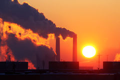 Industrieabgase bei Sonnenuntergang Stockfotografie