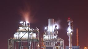 Industrieanlage in der Dämmerung Lizenzfreies Stockfoto