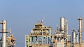 Industrieanlage der Erdölraffinerie mit Himmel stock video footage