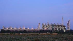 Industrieanlage der Erdölraffinerie mit Himmel stock footage