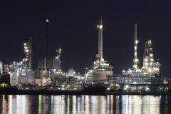 Industrieanlage der Erdölraffinerie nachts Stockfotos