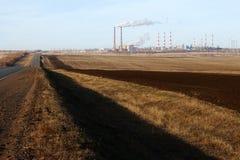 Industrieanlage des Herbstlandschaftswunsches auf dem Horizont Lizenzfreies Stockfoto