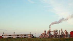 Industrieanlage mit Abgasleitungen stock footage